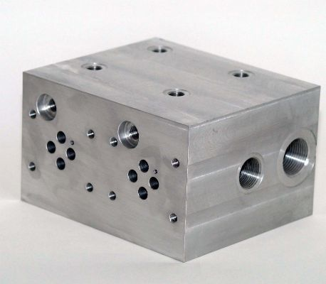 Hydraulic valve block. Drilling, counterboring and threading